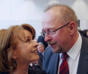 Senta Berger als Delegierte der Bayern-SPD mit einem Fan in der Bundesversammlung 2012 Bildquelle: Dierk Hilger