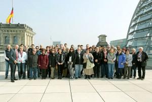 Die Besuchergruppe auf dem Reichstag mit Axel Schäfer MdB
