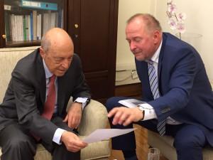 Axel Schäfer im Gespräch mit dem früheren griechischen Ministerpräsidenten Kostas Simiti