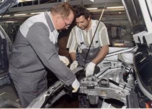 Axel Schäfer packt mit an bei der Montage eines Zafira am Band im Opel Werk 1 (Betriebspraktikum 2003) Bildquelle: Opel Bochum