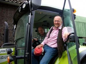 Gute Aussichten – Axel Schäfer als Praktikant hoch oben auf dem Traktor mit Bauer Sudhoff bei der Arbeit