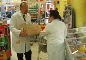 Axel Schäfer befüllt die Regale im Supermarkt mit Ware (Betriebs-Praktikum 2004) Bildquelle: Büro Axel Schäfer
